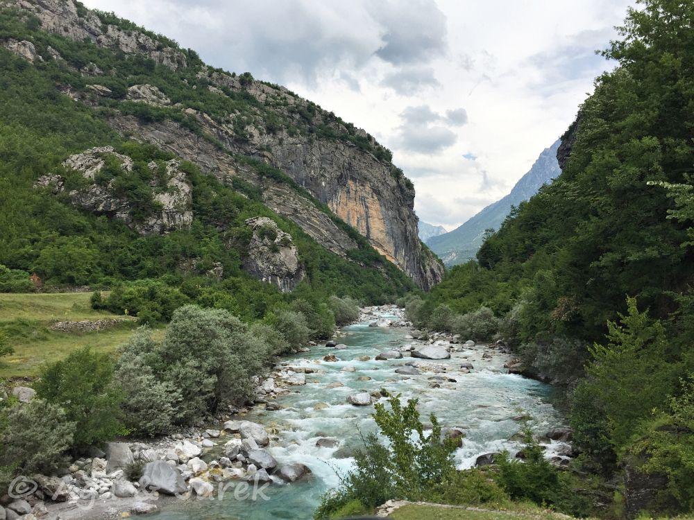 potok wśród gór