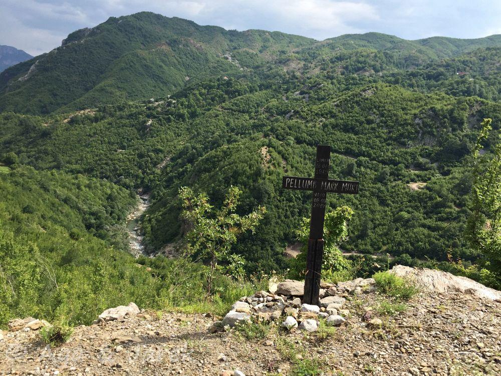 krzyż z górami w tle