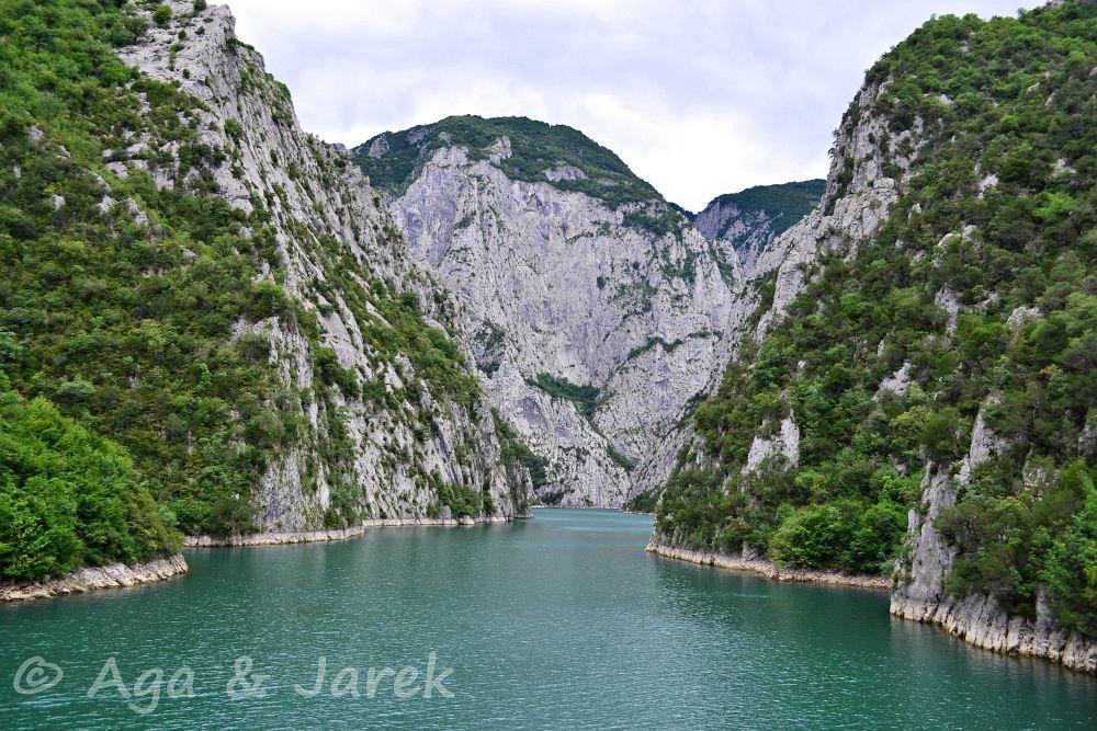 lazurowa rzeka w kanionie