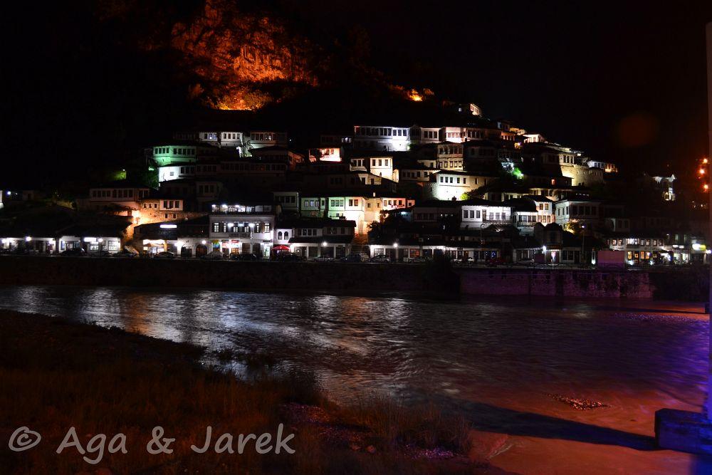 oświetlone domy na wzgórzu