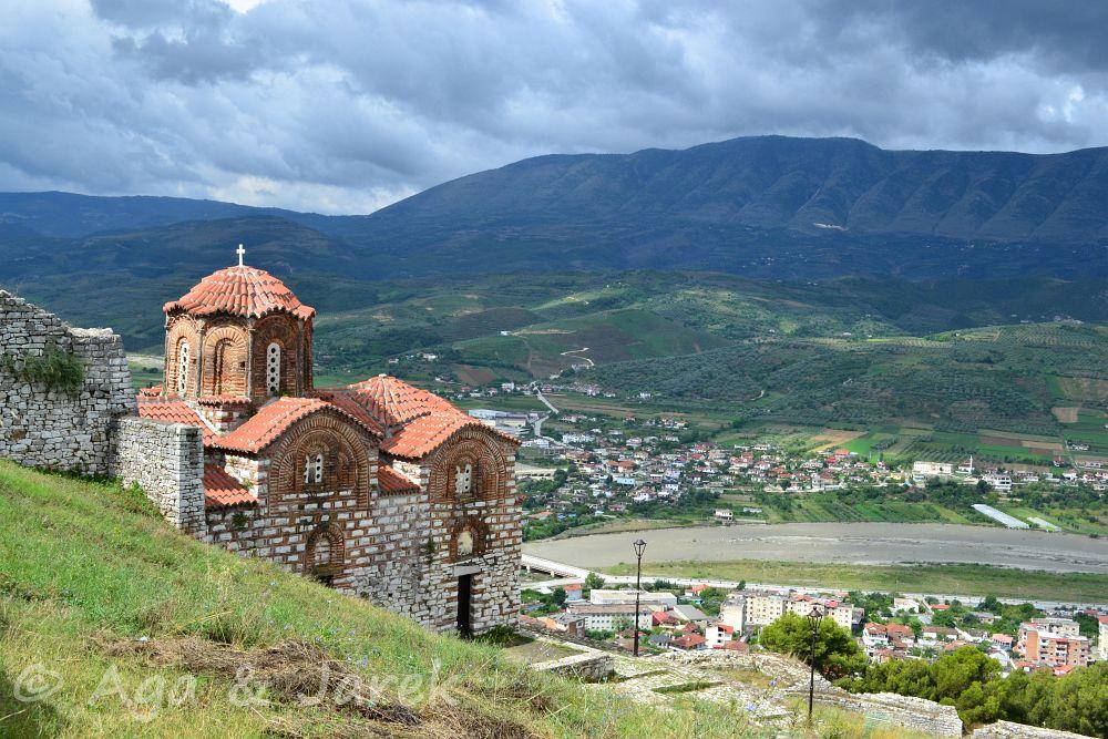 cerkiew z miastem w tle