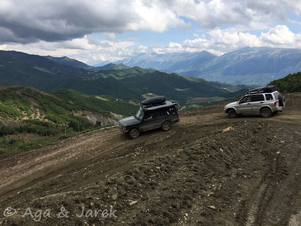 auta terenowe z górami w tle