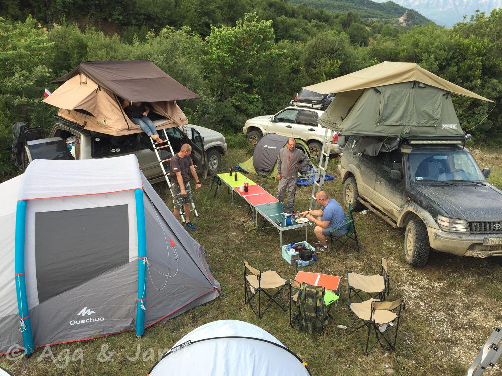 obóz wśród aut terenowych