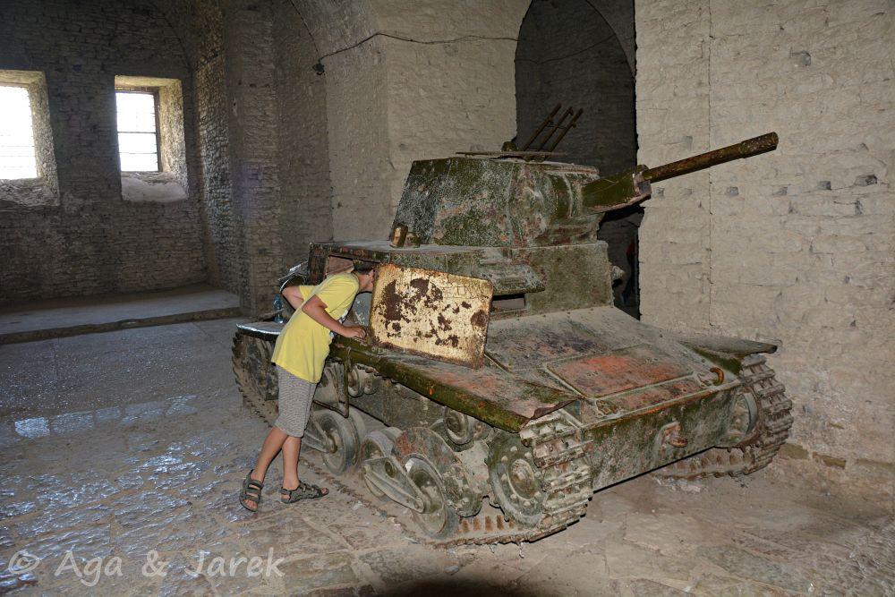czołg w ruinach fortu