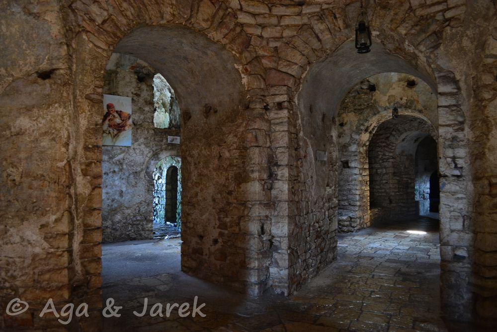 wnętrze starego fortu
