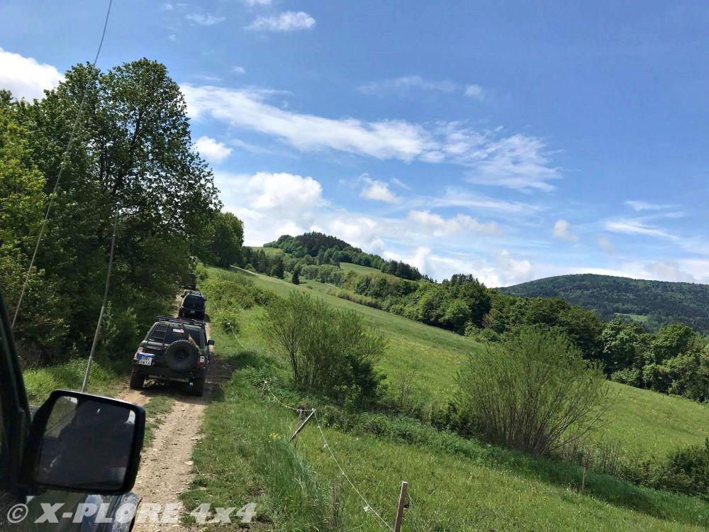 droga polna wzdłuż wzgórza