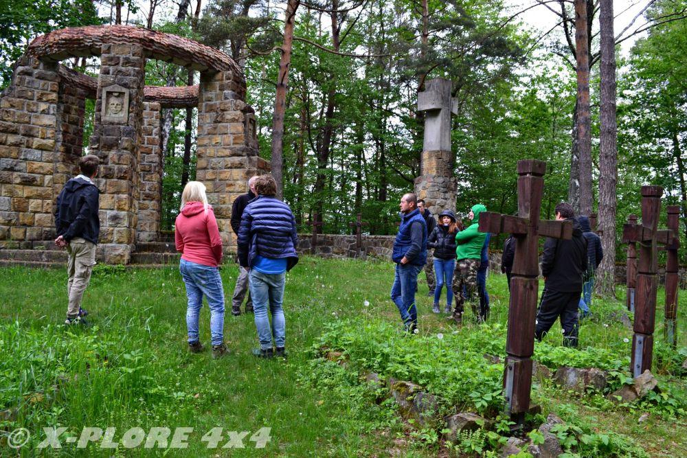 ludzie zebrani na cmentarzu w krempnie