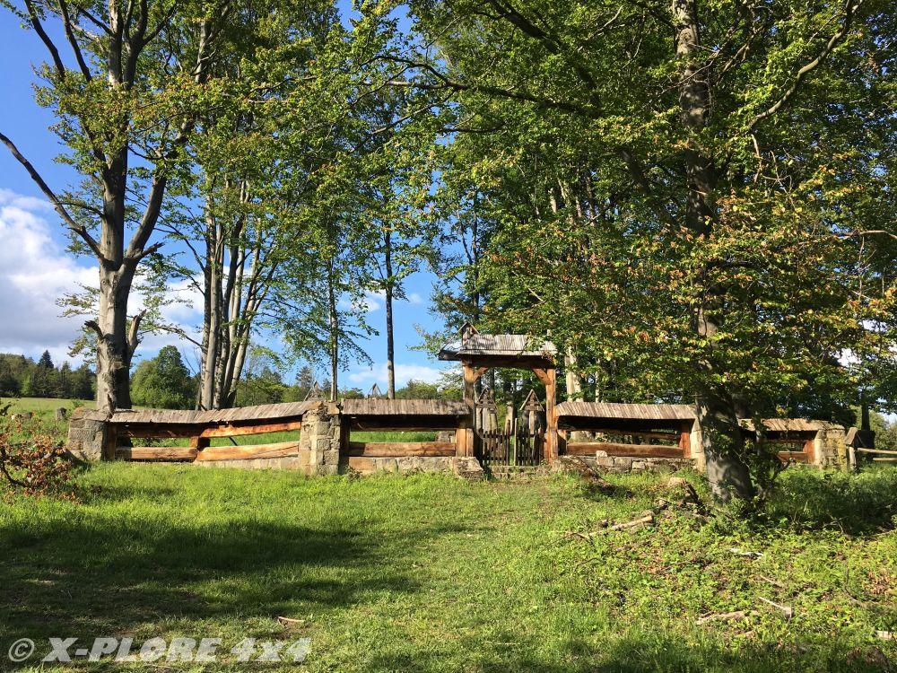 cmentarz z drewnianym płotem