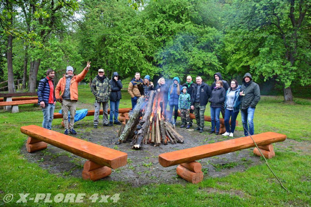 grupa przy ognisku