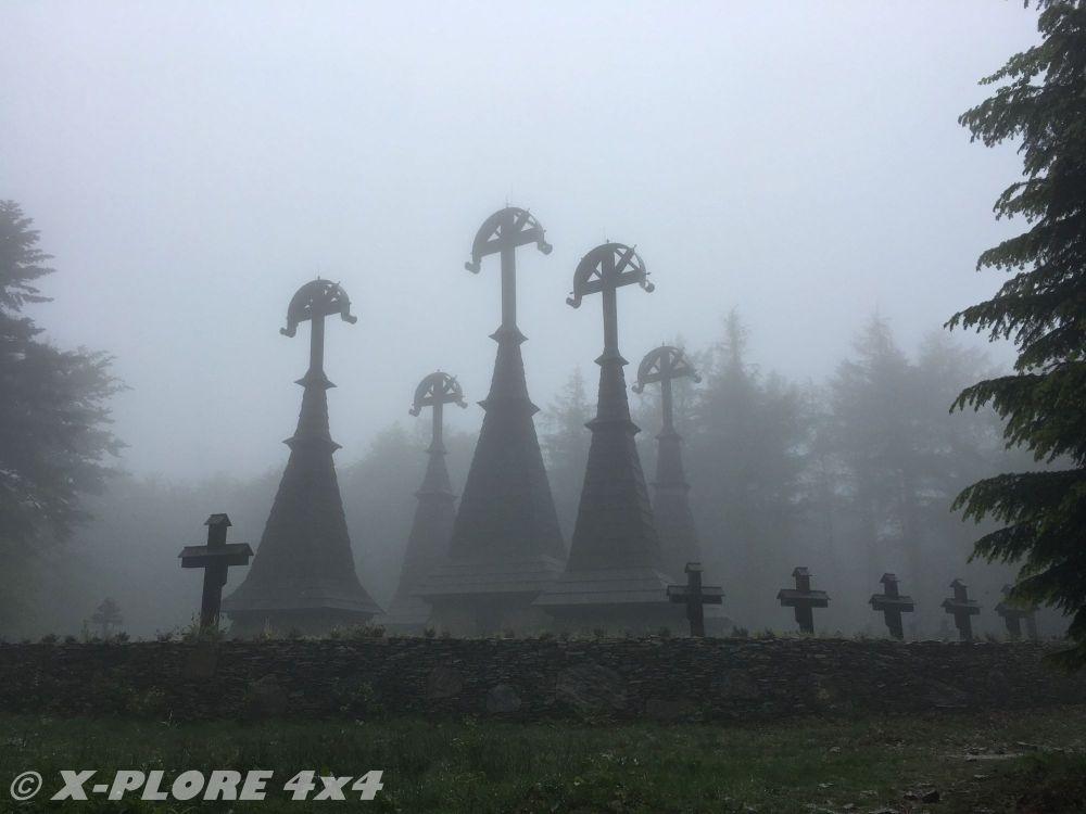 dachy kościoła wśród mgły