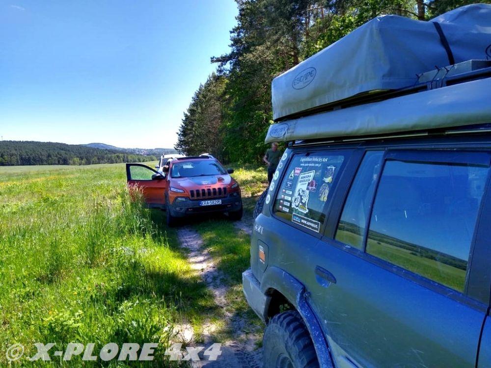 auta na drodze polnej