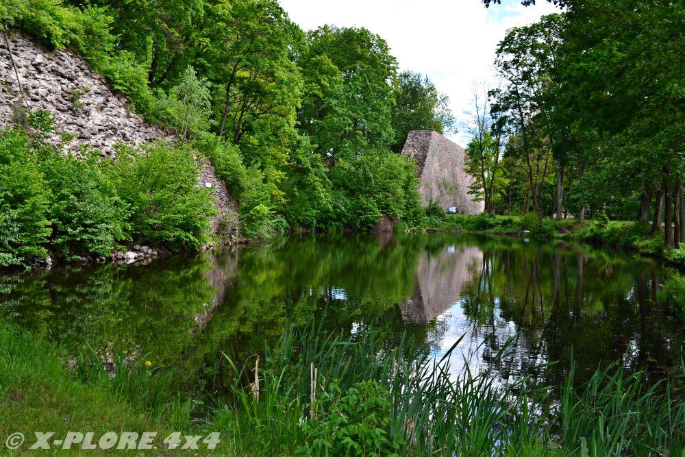 jezioro z murem oporowym w tle