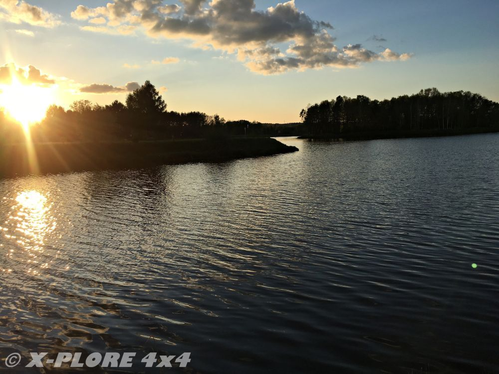 zachód słońca na jeziorem